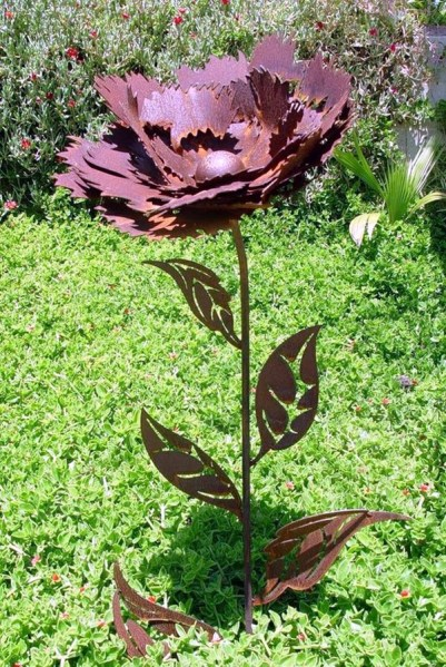 rusty metal flowers garden art 40 Utterly Beautiful Rusted Metal Art Works - Bored Art