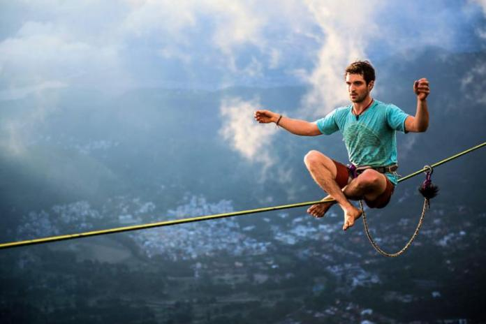 Extreme-Walk-by-Brian-Mosby-on-a-Tightrope-at-an-Altitude-of-850-Meters-Near-Rio-de-Janeiro-1