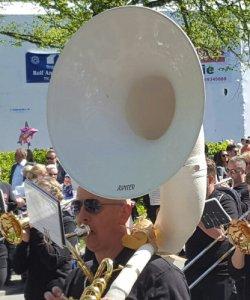Frode Amundsen trakterer sousafon i Fredrikstad 17. mai 2016