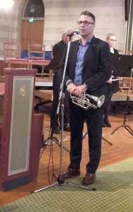Cato Angeland som spillende konferansier under trompetkonserten i Domkirken i Fredrikstad