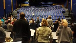 """Øver på å motta applaus med """"juryen"""" Ellen på tribunen"""