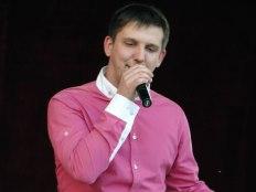 Максим Кондратьев на праздничном концерте в Изюме