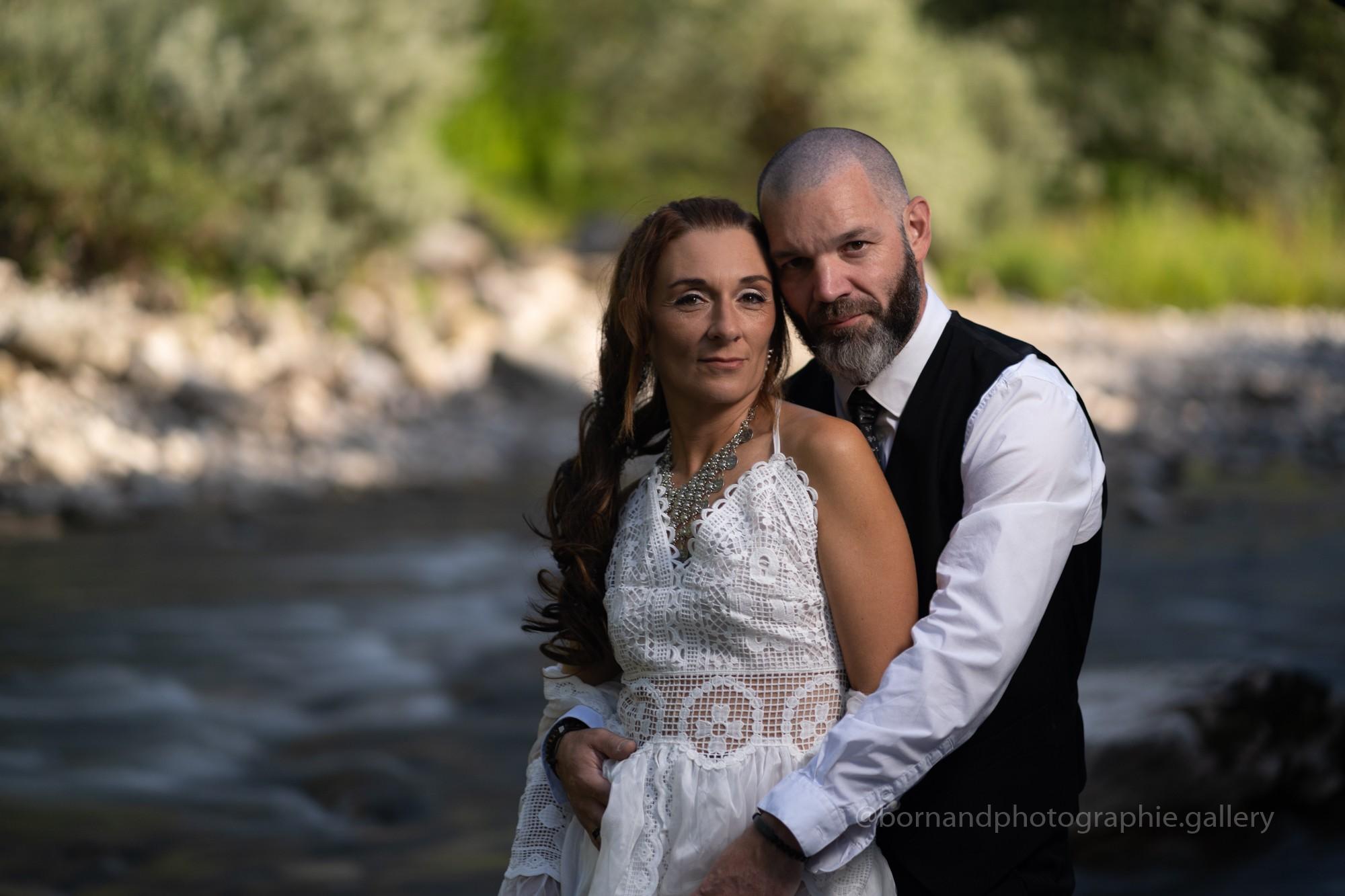 Séance couple atypique au bord de l'eau
