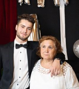 L'émotion d'un fils et de sa grand-maman
