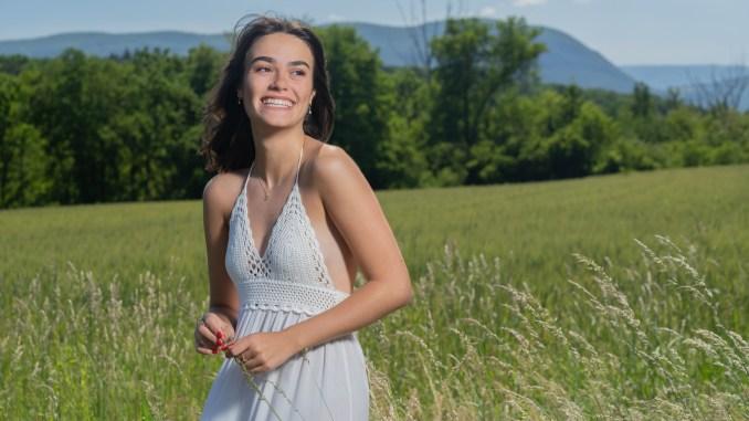 le sourire dans un champ