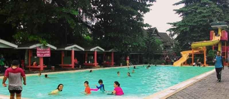 Kolam renang di POntianak