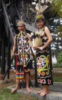 Pakaian Adat Kalimantan Timur Kartun