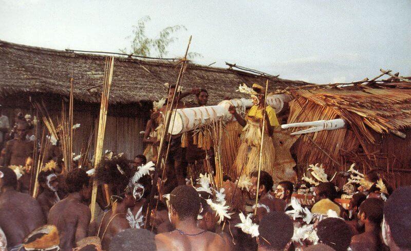 upacara adat suku asmat