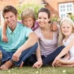 den sunde familie sidder på økologisk græs