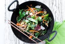 Den orientalske pastasalat med sprøde grønsager