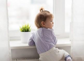 et sikkert hjem, lille pige kravler i vindueskarm