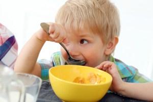 Sund familie spiser morgenmad