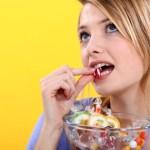 en ny start, ung kvinde spiser slik
