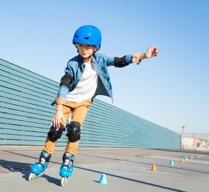 fart over feltet, dreng på rulleskøjter