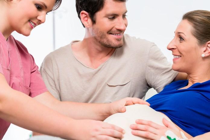 Mor får hjælp fra en doula inden fødsel. .