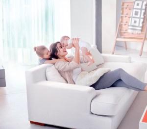 familie samles i sofaen