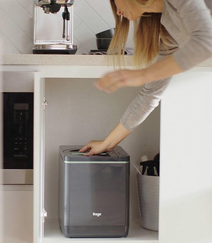 Sage Food Cycler, der står fint inde i køkkenskabet.
