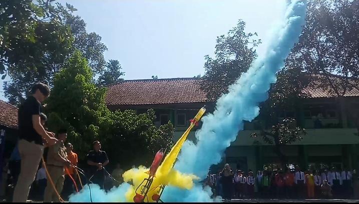 NEWS: Peluncuran Roket Air Warna sebagai tanda pembukaan workshop Robotic dan Roket Air di MTS Negeri 1 Magelang di Borobudur (20/1/2020)-(Foto: bsn)
