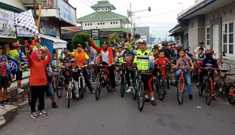 MERIAH: Wawali Magelang Windarti Agustina saat mengibarkan bendera start gowes bareng Jagoan Cycling Club (JCC), Sabtu pagi, (25/1). (Foto: Miftakhul Hayu Jatiningtias)
