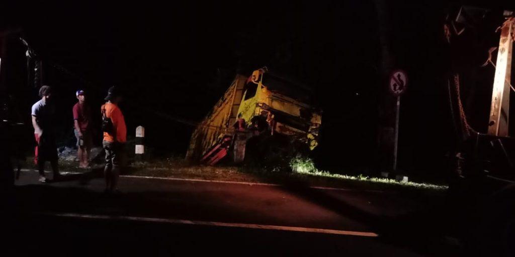 NEWS: Truk berhasil dievakuasi menggunakan 2 mobil derek Kamis malam (19/3/2020)-(Foto: Istimewa)