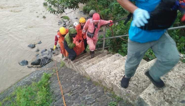 NEWS: Basarnas saat mengevakuasi korban hanjut di Banjarnegara (Foto: Istimewa)