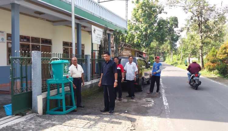 NEWS: ANggota FPKB DPRD Kabupaten Magelang berikan alat cuci tangan di tempat publik (31/3/2020)-(Foto: Istimewa)