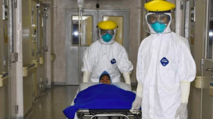 Petugas medis di rumah sakit rujukan sedang melakukan penanganan pasien covid-19. (Gambar ilustrasi)
