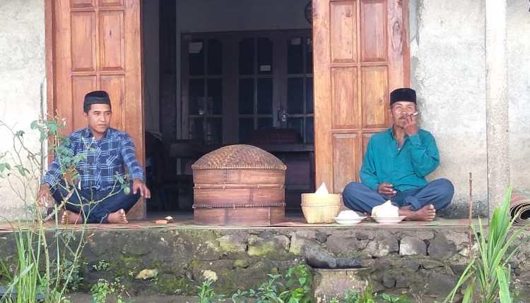 JAGA JARAK: Warga Dusun Gejayan di Kecamatan Pakis menggelar tradisi Sadranan dari rumahnya masing-masing akibat Covid-19. (Foto: Borobudur News)
