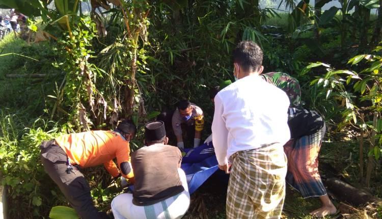 NEWS: Jenazah santri saat hendak di evakuasi oleh petugas Polsek Tempuran, Relawan dan Pihak Ponpes (13/4/2020)-(Foto: Istimewa)