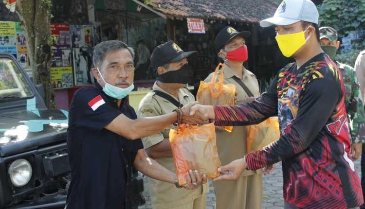 NEWS: Pembagian APD dan nasi box dari komunitas jeep menoreh di Borobudur (13/4/2020)-(Foto: Istimewa)