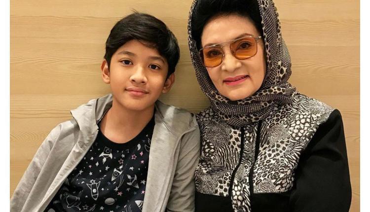Sosok Farida Pasha yang berperan sebagai Mak Lampir, saat ini masih tampil cantik berfoto dengan cucunya