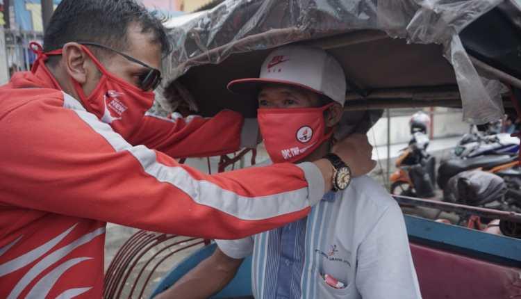 Kader TMP Magelang saat memakaikan masker dalam acara baksos di Ngablak dan Grabag (28/5/2020)-(Foto: Istimewa)
