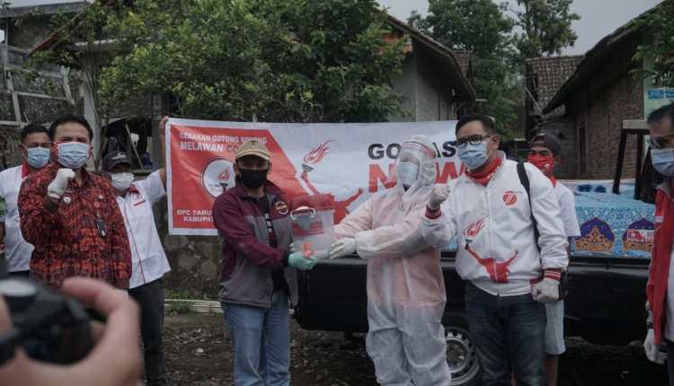 Simbolis penyerahan peralatan kebersihan kepada warga terdampak Covid-19 oleh TMP Magelang