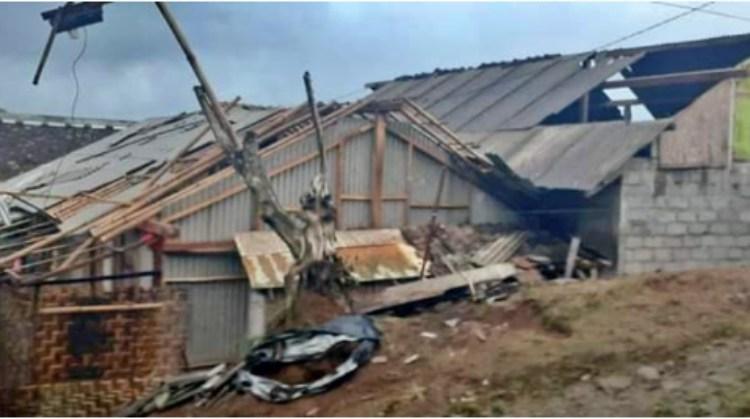 Salah satu rumah warga rusak bagian atap saat angin melanca area Pakis (27/5/2020)-(Foto: Istimewa)