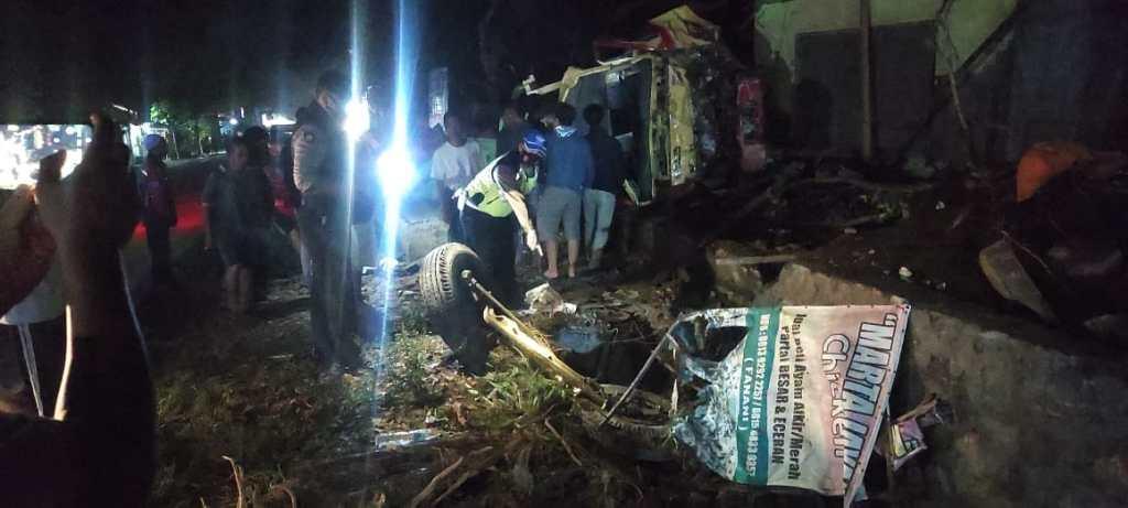 Petugas Satlantas Polres Magelang sedang olah TKP kecelakaan truk box di Pakis (22/7/2020)-(FotoL Istimewa)