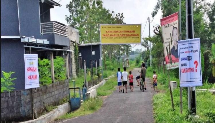 Spanduk penolakan gantu rugi lahan proyek jalan tol oleh warga di Sleman (Foto: Harjo)