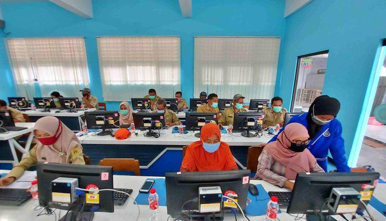 Perangkat Desa Dukun saat ikuti pelatihan dasar komputer sebagai upaya teknologi untuk pelayanan