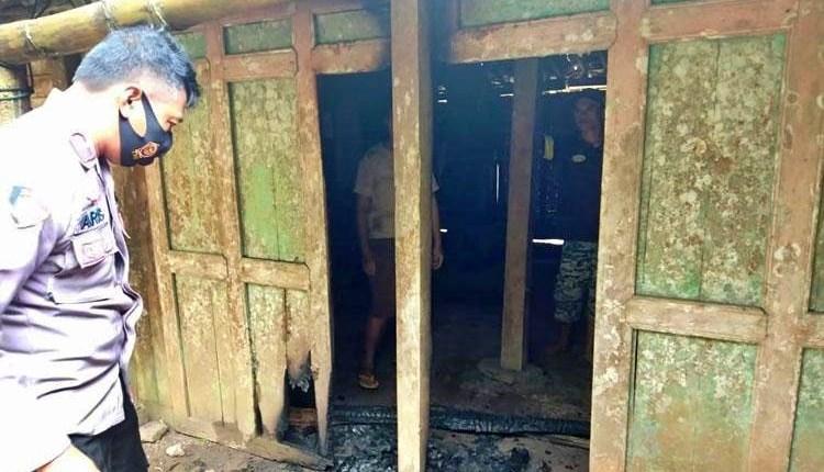 Sebuah rumah yang dibakar oleh anaknya sendiri yang masih remaja