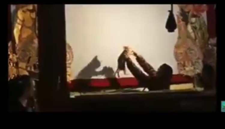 KOCAK: Seorang dijadikan wayang oleh dalang dalam sebuah pertunjukan. (sumber: tangkapan layar @eMbahNyutz)