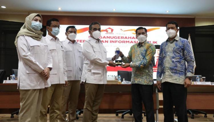 Perwakilan Komisi Informasi Pusat (kanan) menyerahkan penghargaan kepada pengurus DPP Partai Gerindra. (foto: istimewa)