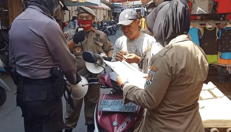 DISIPLIN: Petugas gabungan saat melakukan operasi yustisi di Kota Magelang. (dok. borobudur news)