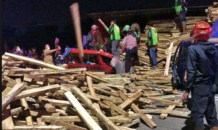 Minibus pelayat tertimpa truk bermuatan kayu di Salatiga (23/2/2021)