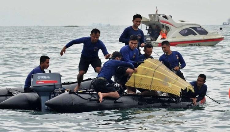 evakuasi puing pesawat sriwijaya air oleh tim sar