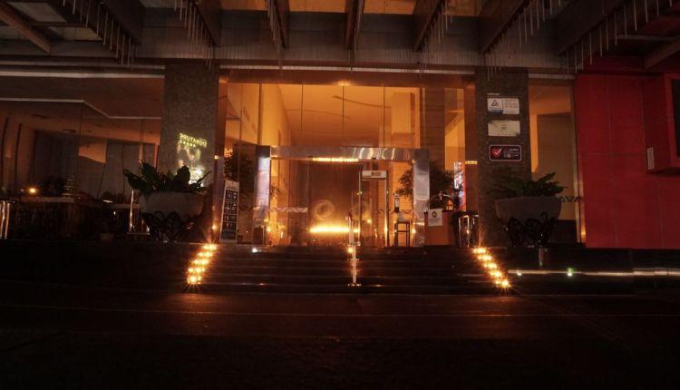 Bagian Lobby Grand Artos Hotel bertaburkan cahaya lilin karena di padamkan listriknya