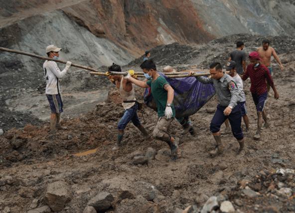 EVAKUASI: Warga dibantu petugas dan relawan mengangkat jenazah korban tenggelam di kubangan bekas tambang. (foto: internet/ilustrasi)