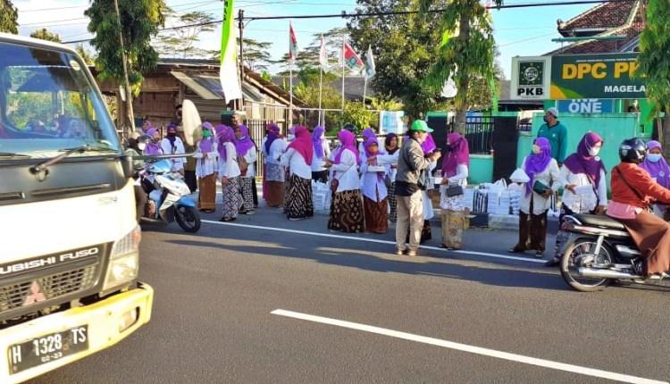 Kader Perempuan DPP PKB Kabupaten Magelang bagi takjil gratis