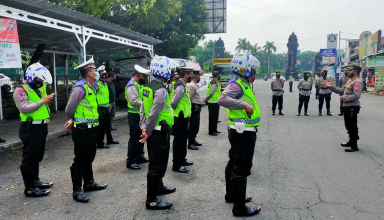 SIAP: Polisi melakukan apel persiapan sebelum melakukan penyekatan suporter. (foto: ist)