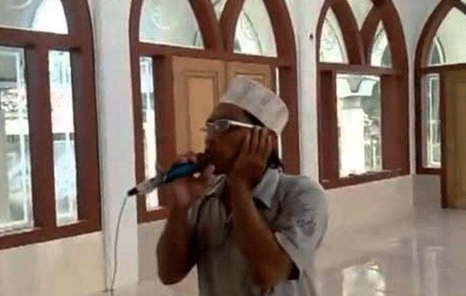 TANDA BERBUKA: Muazin mengumandangkan azan di masjid. (sumber: internet)