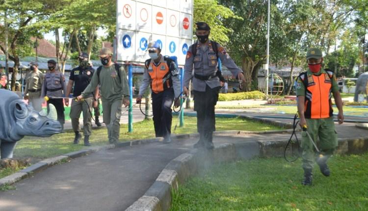Personel gabungan sedang melakukan penyemprotan cairan disinfektan di salah satu fasilitas publik di Kota Magelang (foto: istimewa)