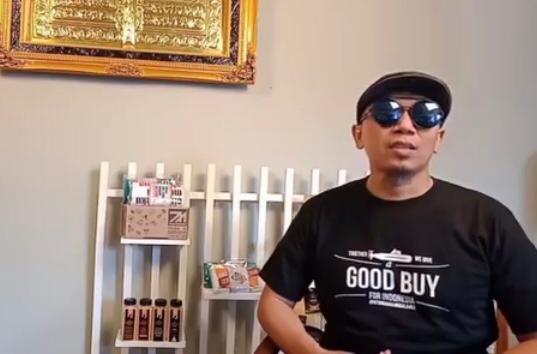PEDULI: Azis Syaiful Anas dengan kaus 'Eternal Love Patrol' yang diproduksinya untuk patungan membeli kapal selam pengganti KRI Nanggala-402. (gambar: @emyrwear)